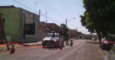 Centro de Jataí fica sem energia após caminhão romper cabos da rede elétrica