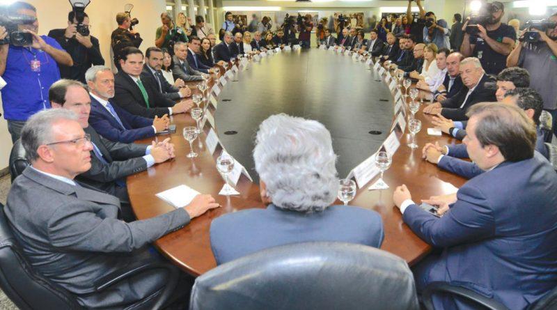 Governador Ronaldo Caiado assina acordo com Enel para acabar com crise energética em Goiás
